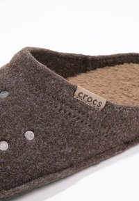 Crocs - CLASSIC - Slippers - espresso - 5