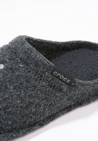 Crocs - CLASSIC - Tøfler - black - 5