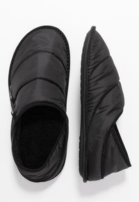 Crocs - NEO PUFF SLIPPER - Domácí obuv - black - 1
