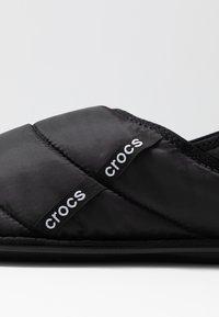 Crocs - NEO PUFF SLIPPER - Domácí obuv - black - 5
