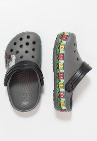 Crocs - TRAIN BAND CLOG RELAXED FIT - Badslippers - slate grey - 0