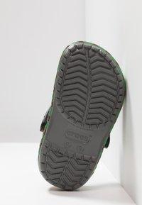 Crocs - TRAIN BAND CLOG RELAXED FIT - Badslippers - slate grey - 5
