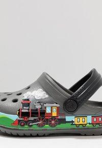 Crocs - TRAIN BAND CLOG RELAXED FIT - Badslippers - slate grey - 2