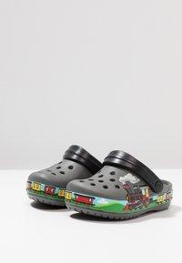 Crocs - TRAIN BAND CLOG RELAXED FIT - Badslippers - slate grey - 3