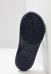 Crocs - CROCBAND FLIP - Teenslippers - navy - 5