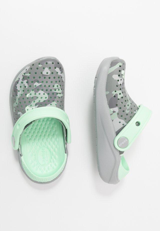 LITERIDE PRINTED CLOG - Sandały kąpielowe - light grey/neo mint