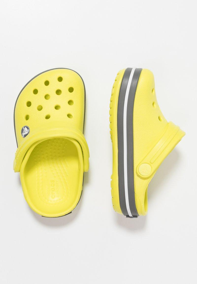 Crocs - CROCBAND RELAXED FIT - Badslippers - citrus/slate grey