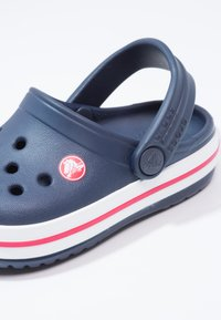 Crocs - CROCBAND - Chanclas de baño - navy/red - 5