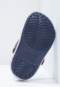 Crocs - CROCBAND - Chanclas de baño - navy/red - 2