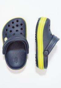 Crocs - CROCBAND - Sandały kąpielowe - navy/volt green - 1