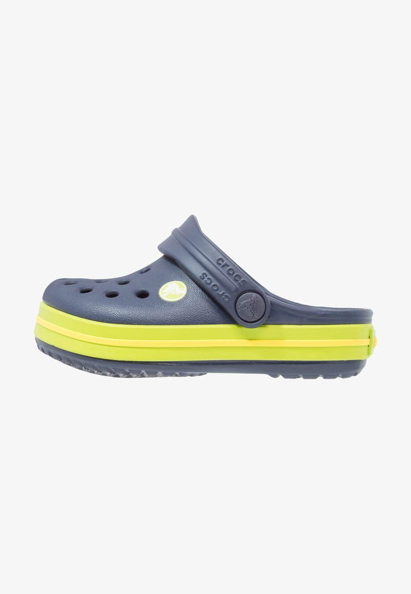 Crocs - CROCBAND RELAXED FIT - Badslippers - navy/volt green