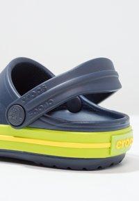 Crocs - CROCBAND - Sandały kąpielowe - navy/volt green - 5