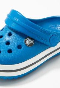 Crocs - CROCBAND - Sandały kąpielowe - bright cobalt/charcoal - 2