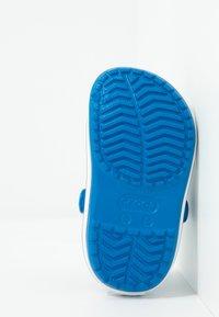 Crocs - CROCBAND - Sandały kąpielowe - bright cobalt/charcoal - 5
