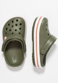 Crocs - CROCBAND - Chanclas de baño - army green/burnt sienna - 0