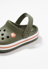 Crocs - CROCBAND - Chanclas de baño - army green/burnt sienna - 2