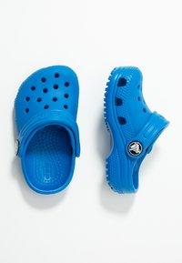 Crocs - CLASSIC  - Sandały kąpielowe - bright cobalt - 0