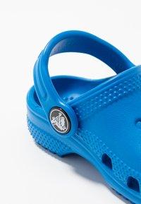 Crocs - CLASSIC  - Sandały kąpielowe - bright cobalt - 2
