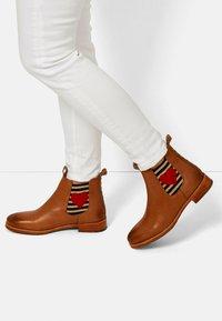 Crickit - CHELSEA BOOT JULIA MIT HERZ - Ankle boots - cognac - 0