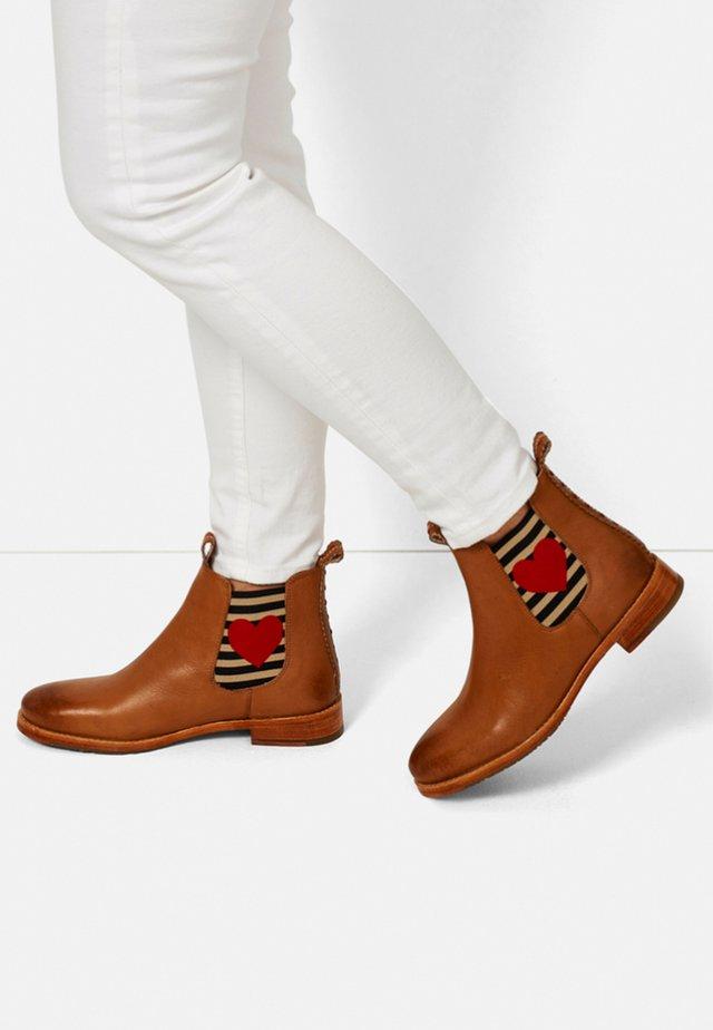 CHELSEA BOOT JULIA MIT HERZ - Ankle boots - cognac