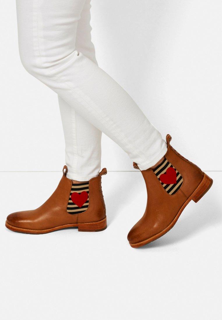 Crickit - CHELSEA BOOT JULIA MIT HERZ - Ankle boots - cognac