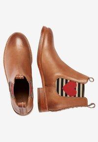 Crickit - CHELSEA BOOT JULIA MIT HERZ - Ankle boots - cognac - 2