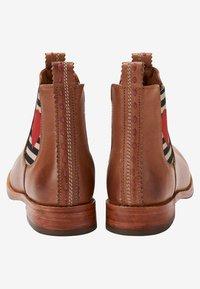 Crickit - CHELSEA BOOT JULIA MIT HERZ - Ankle boots - cognac - 4