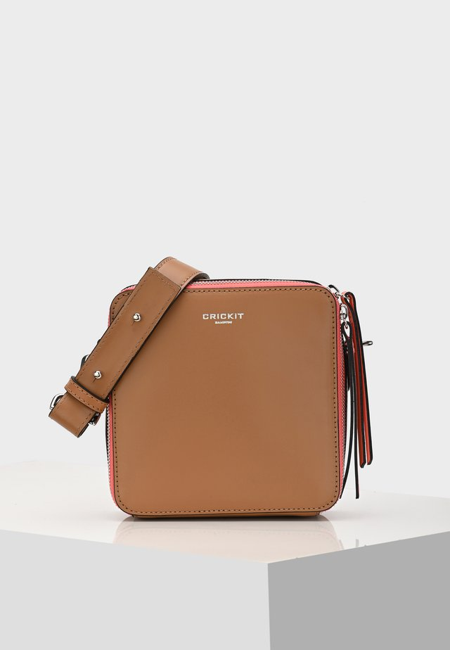 UMHÄNGETASCHE DINA - Across body bag - cognac
