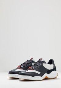 Cruyff - LIGA - Sneakersy niskie - white/bright red - 2