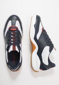 Cruyff - LIGA - Sneakersy niskie - white/bright red - 1
