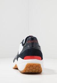 Cruyff - LIGA - Sneakersy niskie - white/bright red - 3