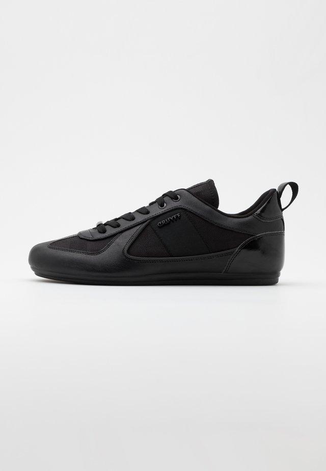 NITE CRAWLER - Trainers - black