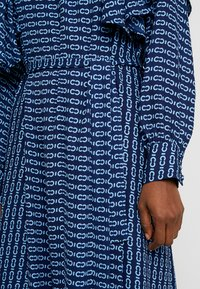 Cras - SAGACRAS - Robe longue - navy monogram - 5