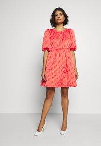 Cras - QUILT DRESS - Robe d'été - orange monogram - 1