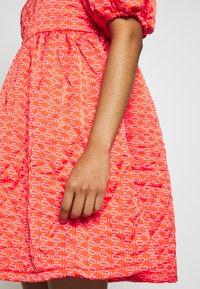 Cras - QUILT DRESS - Robe d'été - orange monogram - 5