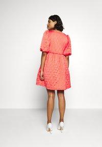 Cras - QUILT DRESS - Robe d'été - orange monogram - 2