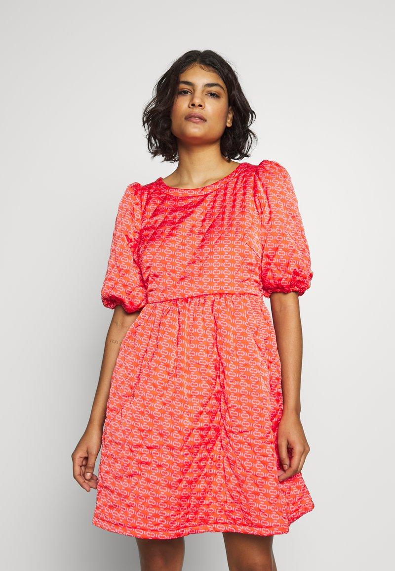 Cras - QUILT DRESS - Robe d'été - orange monogram