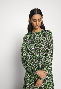 Cras - LANI DRESS - Day dress - green leo - 3