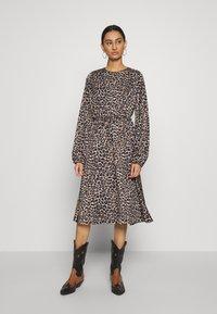 Cras - LANI DRESS - Robe d'été - brown - 0