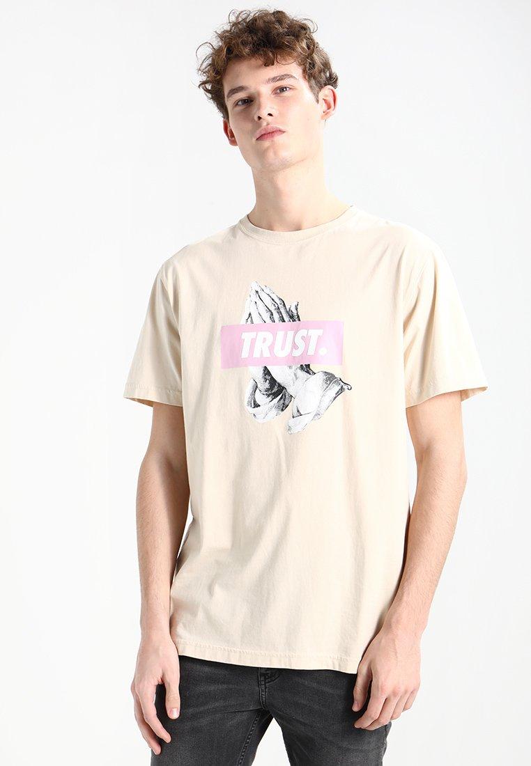 Cayler & Sons - TRUST - T-shirt med print - sand/pale pink