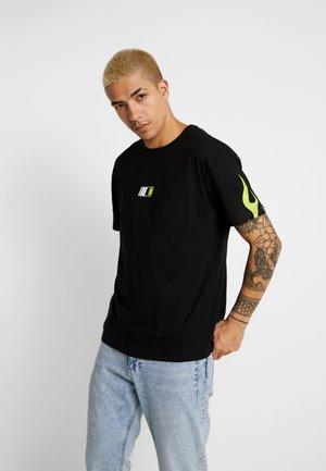VISOR DOWN BOX TEE - T-shirt print - black/speed green