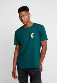 Cayler & Sons - BLACKLETTER SEMI BOX TEE - T-shirt z nadrukiem - green/yellow - 2
