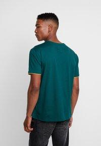 Cayler & Sons - BLACKLETTER SEMI BOX TEE - T-shirt z nadrukiem - green/yellow - 0