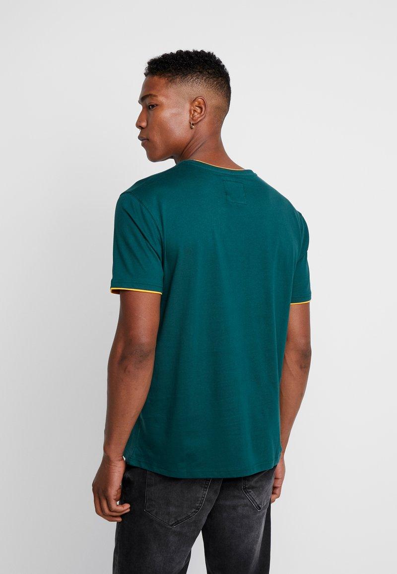 Cayler & Sons - BLACKLETTER SEMI BOX TEE - T-shirt z nadrukiem - green/yellow