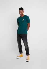 Cayler & Sons - BLACKLETTER SEMI BOX TEE - T-shirt z nadrukiem - green/yellow - 1