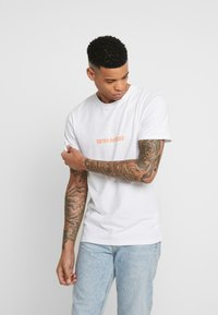 Cayler & Sons - NEVER SCARED TEE - Camiseta estampada - white