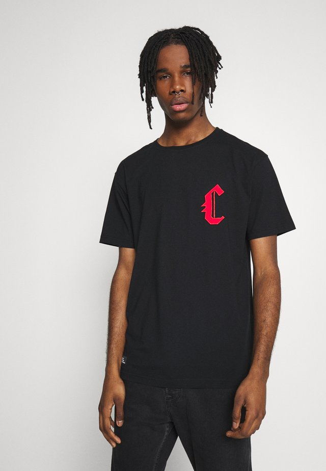 BANNED SEMI BOX TEE - T-shirt imprimé - black/red