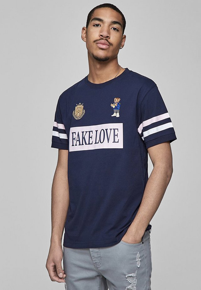 C&S WL CONTROLLA POLO TEE - Print T-shirt - navy/pale pink