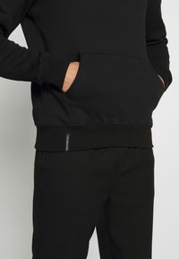 Cayler & Sons - FAST BRACKETS HOODY - Jersey con capucha - black/white - 6