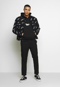 Cayler & Sons - FAST BRACKETS HOODY - Jersey con capucha - black/white - 1